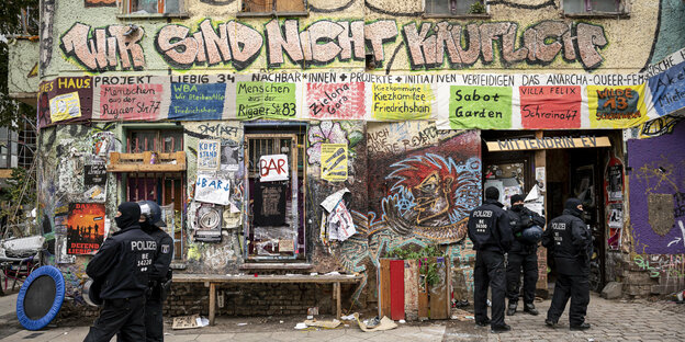 09.10.2020, Berlin: Polizisten stehen nach der Räumung am Eingang des ehemals besetzten Hauses Liebig 34