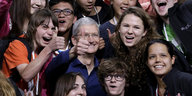 Apple-Chef Tim Cook inmitten von Apple-Fans
