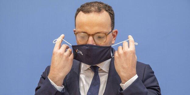 Jens Spahn mit Mundschutzmaske und beschlagener Brille