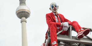 Ein protestierender Clown in Berlin