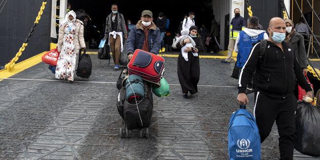 Flüchtlinge, die auf den griechischen Inseln lebten, kommen in Athen an mit einem Schiff - Berlin würde gerne mehr dieser Flüchtlinge aufnehmen, darf es aber nicht