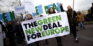 "AktivistInnen Tragen ein Transparent mit der Aufschrift ""The Green New Deal For Europe"" beim Klimastreik in Berlin im November 2019"