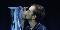 Medwedew erstmals Tennis-Weltmeister: Alles unter Kontrolle