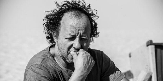 Das Schwarzweiß-Porträt eines mittelalten Mannes