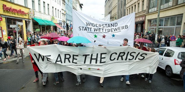 "Demotransparent mit der Aufschrift ""We are the crisis"""