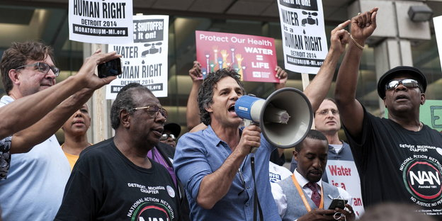 Marc Ruffalo und andere Demonstranten in Detroit