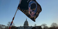 QAnon-Flagge vor dem Kapitol in Washington
