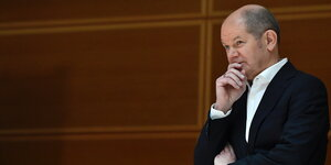 Portrait Olaf Scholz in Denkerpose