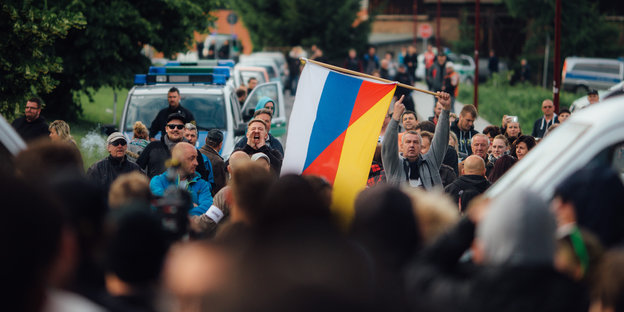 Demonstranten mit deutsch-russischer Fahne in Freital
