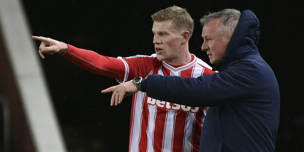 Stoke-City-Manager Michael O'Neill, rechts, spricht mit Stoke's James McClean