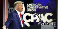 Donald Trump lam Rednerpult vor dem Logo der Conservative Political Action Conference