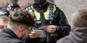 Zwei weiße Polizistinnen ficken einen schwarzen Verdächtigen in einem Friseurladen