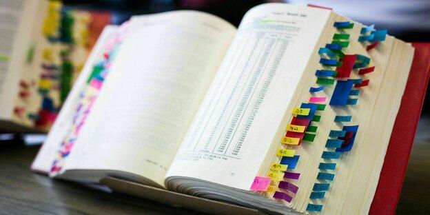 Markierte Seiten im BGB eine*r Jurastudent*in zur Vorbereitung auf eine Prüfung
