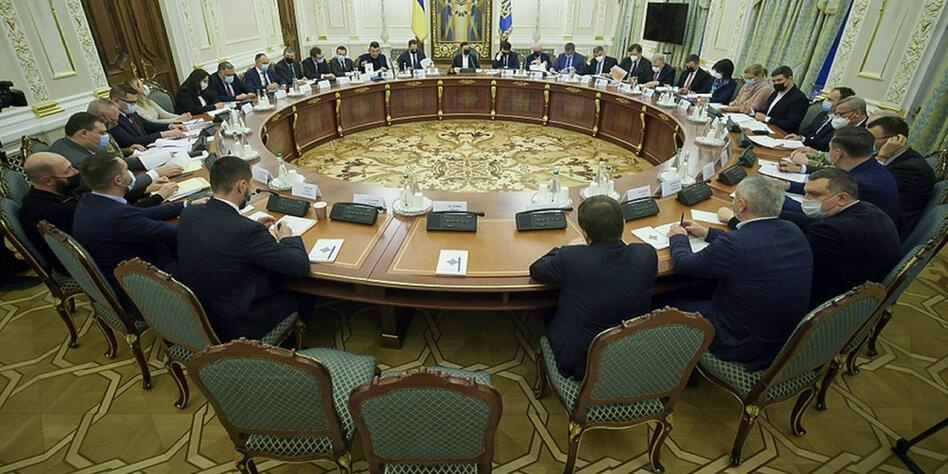 Sanktionen-gegen-Moskau-Zuckerbrot-statt-Peitsche