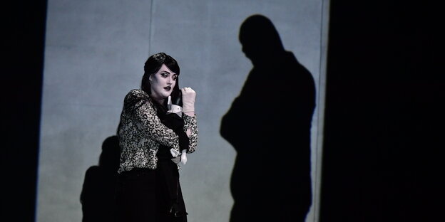 "Sarah Brady als Gouvernante in der Oper ""The Turn of the Screw"" inb Hannover"