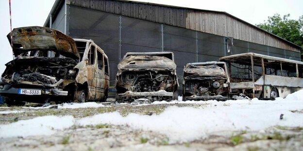 drei abgebrannte Polizeiautos nach dem Anschlag in Bremen-Huckelriede