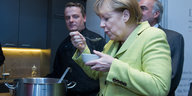 Angela Merkel probiert Suppe