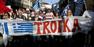 Demonstranten mit Troika-Banner