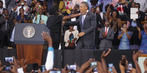 Barack Obama in einem Stadion in Nairobi, hier mit seiner Halbschwester Auma Obama