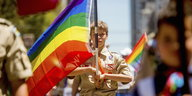 Boy Scout Casey Chambers mit Regenbogenflagge