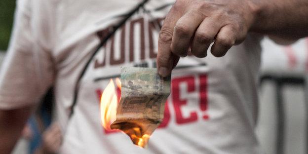 Ein brennender Fünf-Euro-Schein