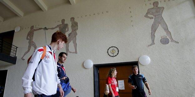 Sportler im Foyer des Turnhauses