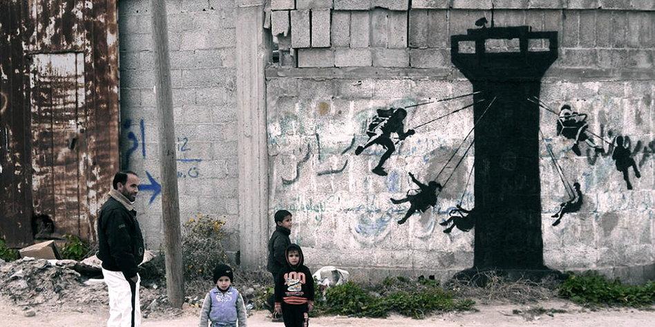 neue banksy graffiti in gaza sie gucken nur katzenbilder. Black Bedroom Furniture Sets. Home Design Ideas