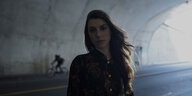 Julia Holter in einem Tunnel