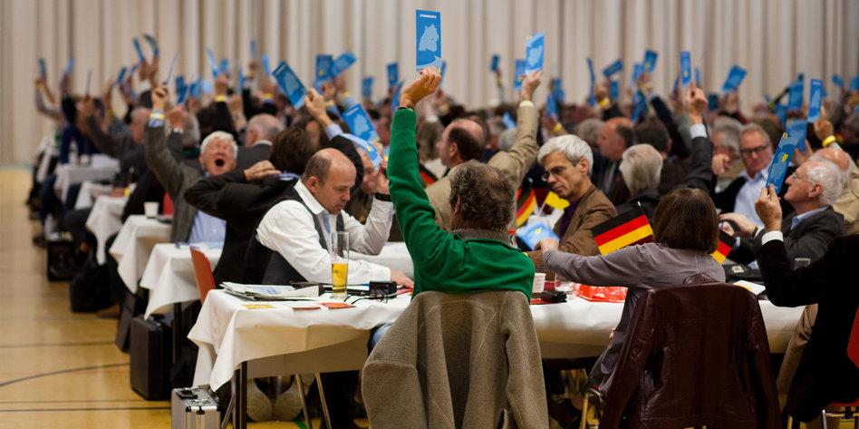 Mitglieder der partei alternative fuer deutschland  afd  stimmen am 24.10.2015 waehrend ihres landesparteitages in horb  baden wuerttemberg  mit blauen stimmkarten ab.