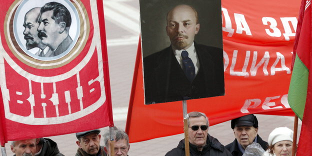 Demonstranten mit Lenin- und Stalin-Transparenten
