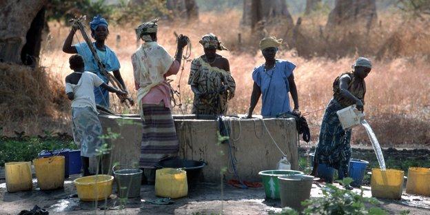 Frauen in Gambia an der Wasserstelle.