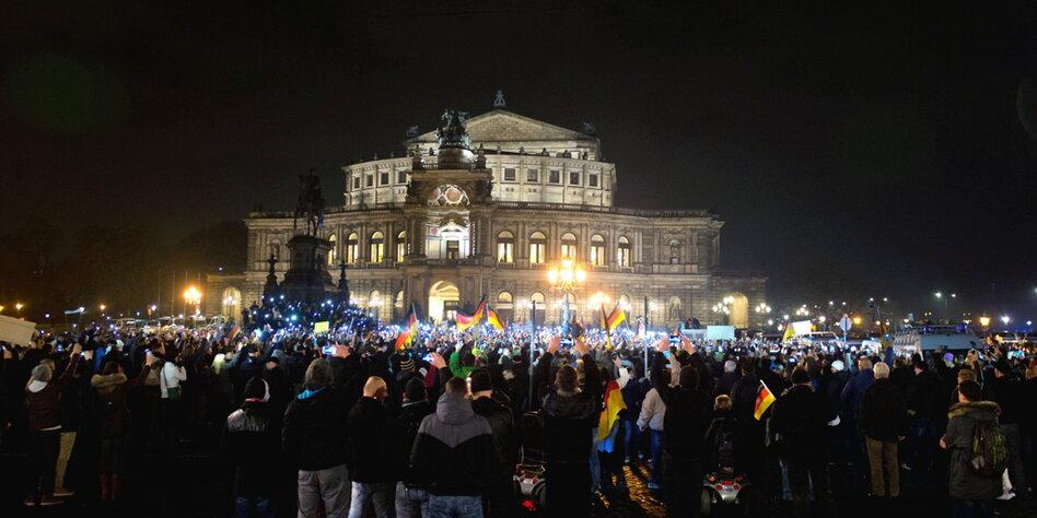 """Muslimhass in Dresden: """"Pegida"""" wächst zur Großkundgebung ...  Muslimhass in D..."""