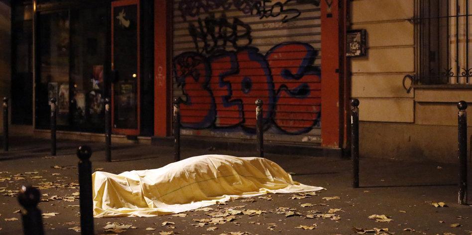 Mit Einem Tuch Bedeckter Korper Auf Einer Strasse