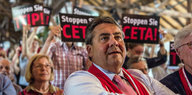 Sigmar Gabriel vor TTIOP_Demonstranten