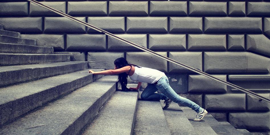 tritt frau treppe