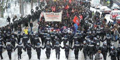 Die Polizei begleitete die DemonstrantInnen im Kordon und umzingelte sie zeitweise.                Foto: dpa