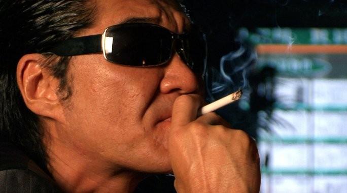タバコを吸う小沢仁志