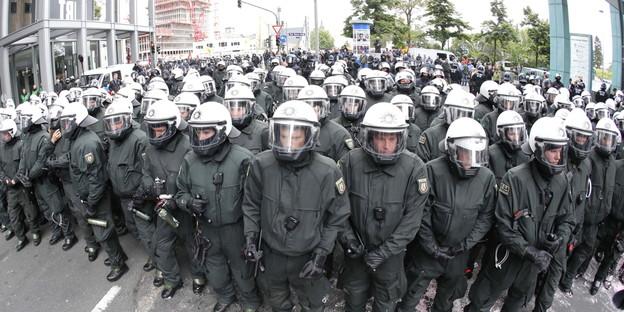 http://www.taz.de/uploads/images/624/01062013_Blockupy_Frankfurt_polizei_ap.jpg