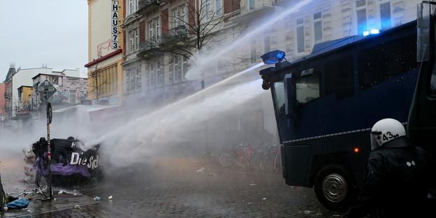 http://www.taz.de/uploads/images/624/Rote_Flora_Demobericht_21.12.dpa.jpg