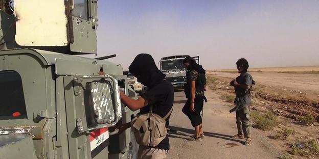 Kämpfer des is an der grenze zwischen syrien und dem irak bild dpa