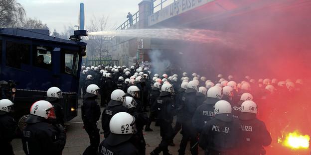 Polizisten stoppen den Demonstrationszug