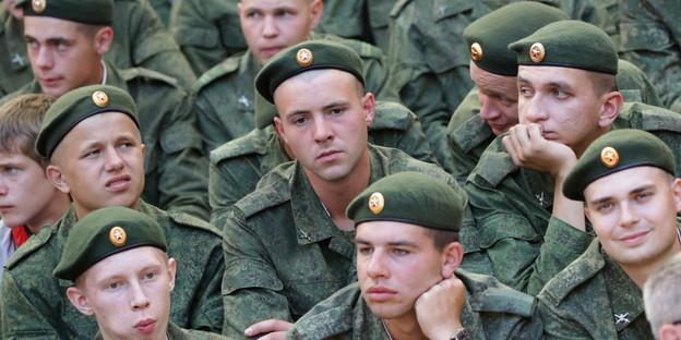 Soldaten der russsichen armee während einer sportveranstaltung bild