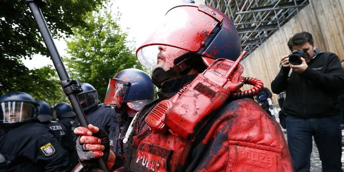01062013_Blockupy_frankfurt_Polizist_far