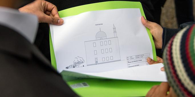 Die geplante Moschee in Leipzig-Gohlis und grüne Mappe.