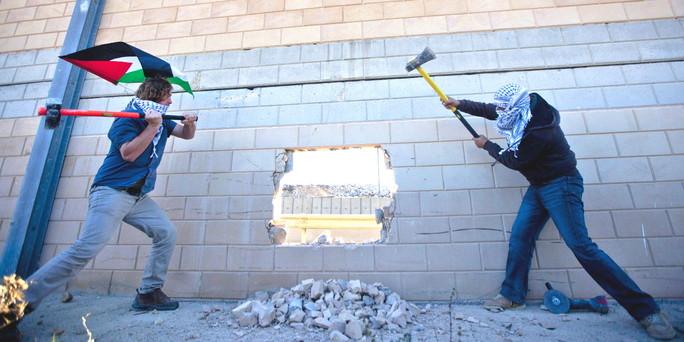 Inspiriert vom Fall der Berliner Mauer: Palästinenser hackten nördlich von Jerusalem ein Loch in die Mauer. taz.de